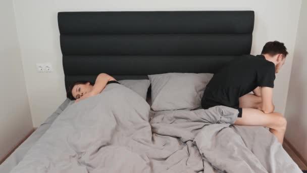 هناك العديد من عوامل الحياة المختلفة التي يمكن أن تلعب أيضاً دوراً في عدد المرات التي يمارس فيها الأشخاص الجنس مع شريكهم
